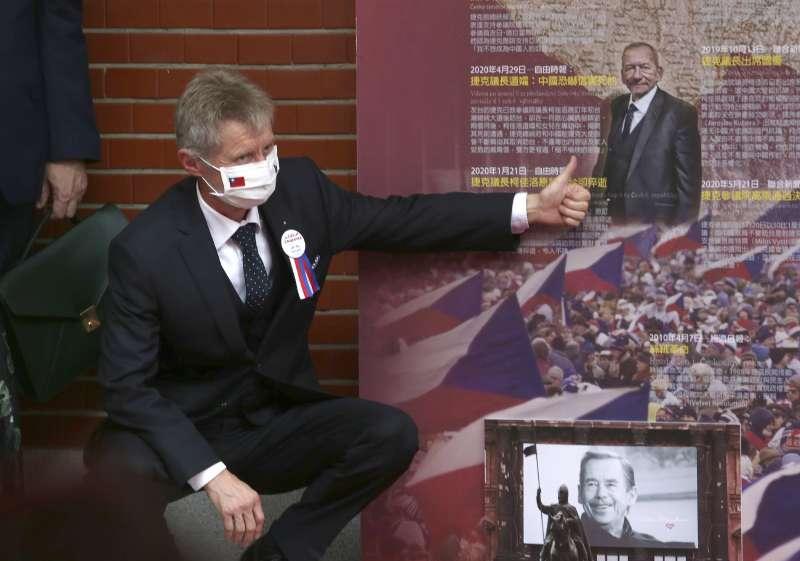 捷克參議院議長訪台:韋德齊(Miloš Vystrčil)率團參訪立院,對民主友誼牆上已逝前參議長柯佳洛的相片豎起大拇指。(AP)