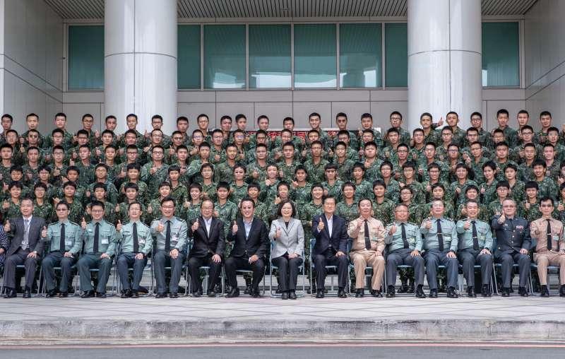 20200904-總統蔡英文4日前往國防醫學院視導。(取自軍聞社)