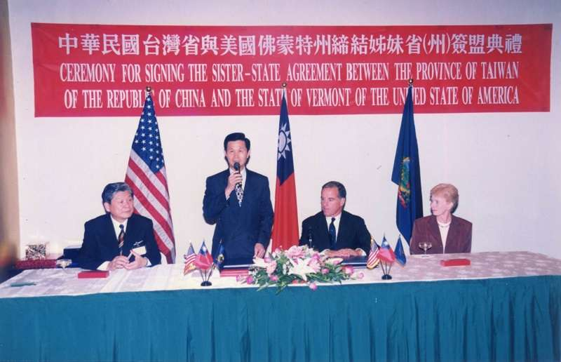 作者於台灣省主席任內與美國佛蒙特州州長狄恩(Howard Dean)簽署姊妹州協議(1999年9月,作者提供)
