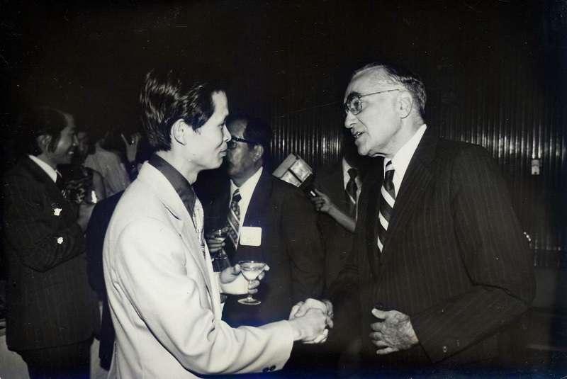 作者於台灣省政府新聞處長任內與美國駐中華民國最後一任大使安克志(Leonard S. Unger)會晤(1976年10月,作者提供)