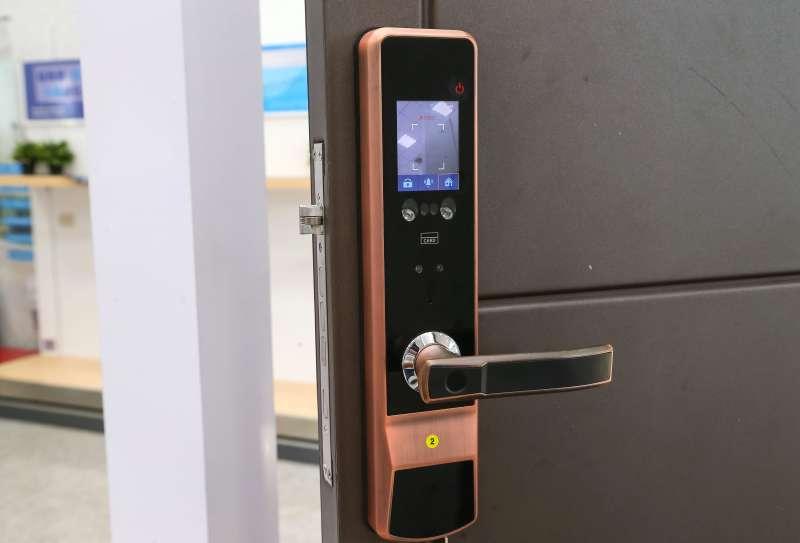 為賣房,蔡柏毅開發出一系列智慧家電及聲控系統。(顏麟宇攝)