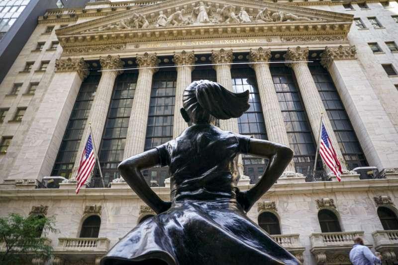 美股,紐約證券交易所,無畏女孩。(美聯社)