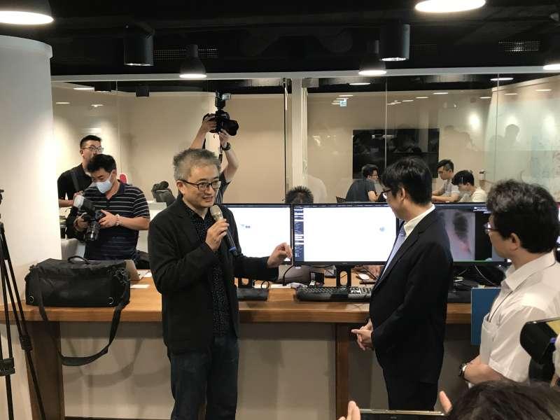 台灣人工智慧實驗室創辦人杜奕瑾(中)向當時行政院副院長陳其邁說明最新AI防疫研發成果。(Taiwan AI Labs 提供)