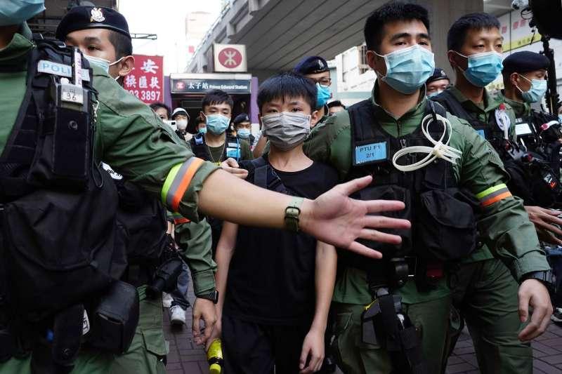 香港抗爭:《港區國安法》實施後,港警動輒拘捕未成年示威者。(AP)