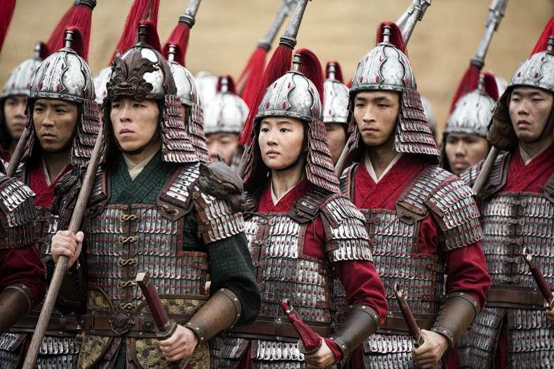 迪士尼真人版《花木蘭》上映一波三折,又因女主角劉亦菲挺港警言論惹議。(AP)