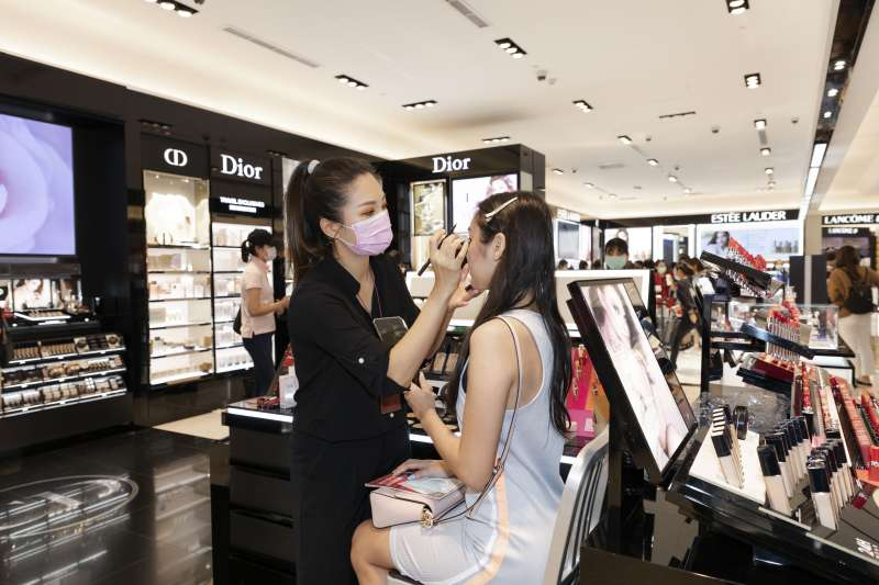 【圖說五】現場由專業化妝師提供消費者免費試妝體驗