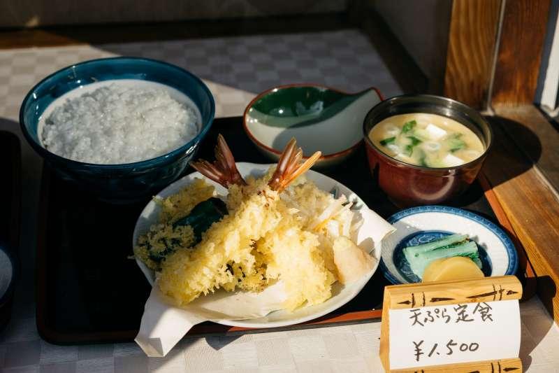 日式定食、日本料理、炸蝦、食物、日料。(取自unsplash)