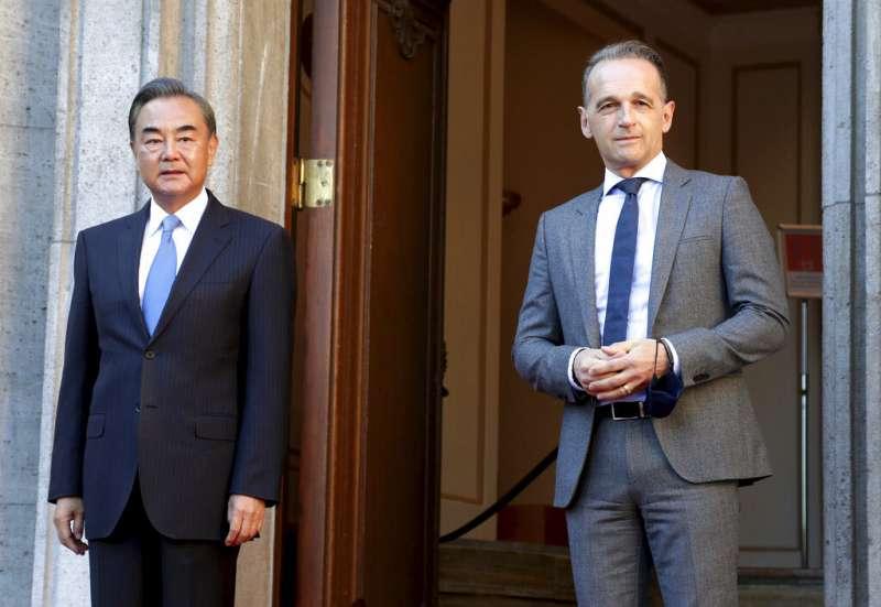 中國外長王毅(左)威脅捷克要為議長訪台「付出沉重代價」,德國外長馬斯(右)給予反駁。(美聯社)