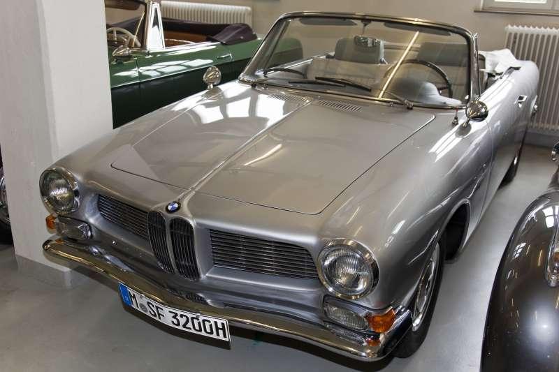 為表達全體成員敬意,BMW車廠打造一輛獨一無二的特別版敞篷車,送給老闆賀伯特(圖片來源:維基百科)