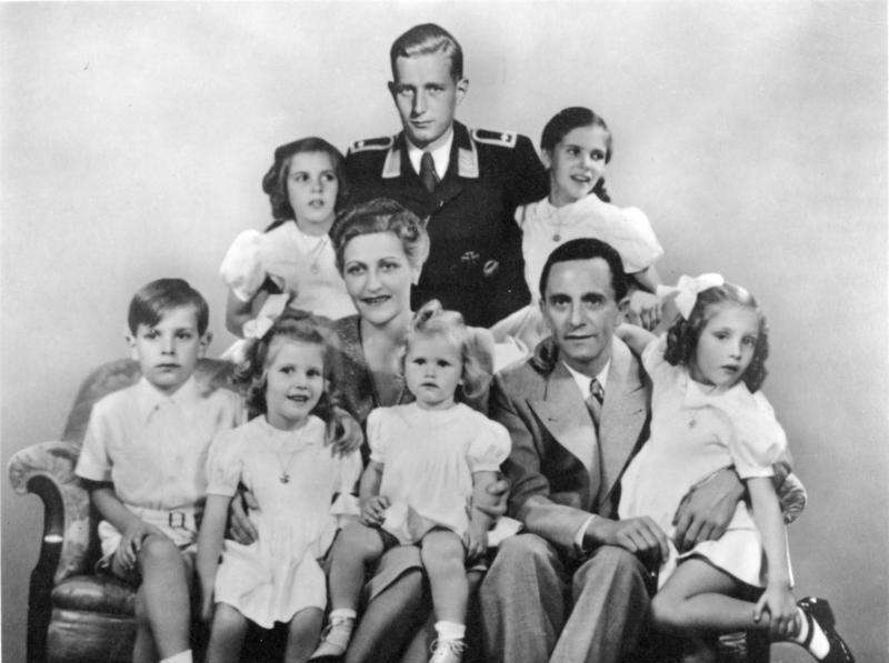 與賀伯特同父異母的弟弟哈羅德(最後著制服),是母親與繼父戈培爾全家自盡後的倖存者(圖片來源:維基百科)