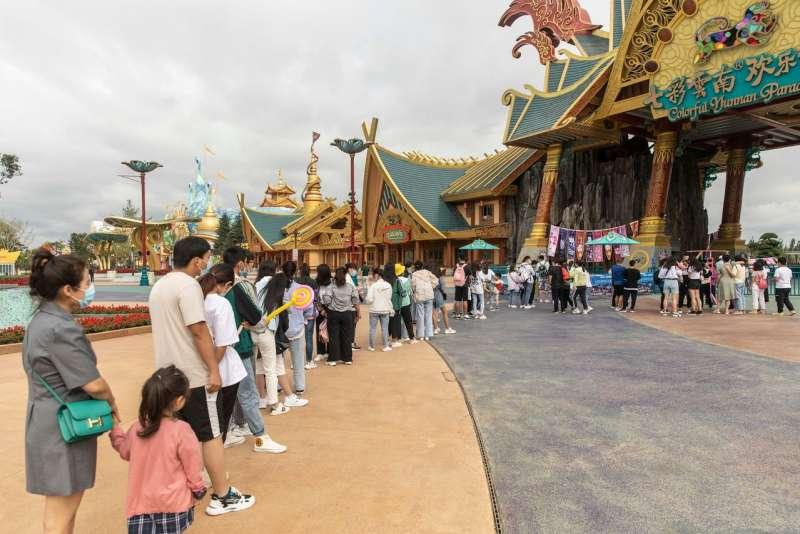 今年7月,雲南昆明,遊客排隊等待進入七彩雲南歡樂世界。 (Qilai Shen for The Wall Street Journal)