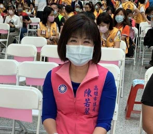 高雄市議員陳若翠要求收回行政院三級功績勳章。 (圖/翻攝陳若翠臉書)