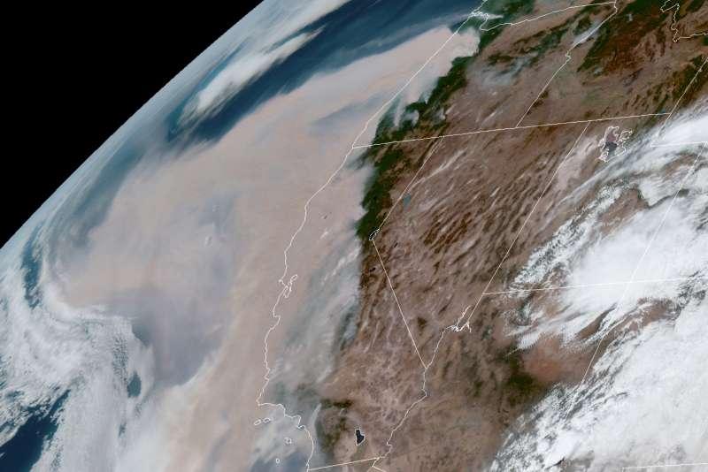 美國奧勒岡州大火蔓延,衛星照能見到大片煙霧。(AP)