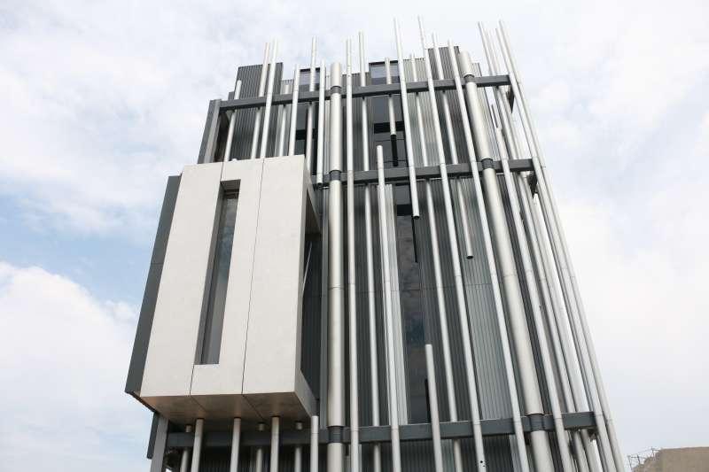 美術館外牆帷幕設計如大漢溪沿岸蘆葦造型,內是凹凸板鋁版,外面圓柱型造型是鋁柱,內有結構體,外面鋼構用圓柱呈現。(圖/李梅瑛攝)
