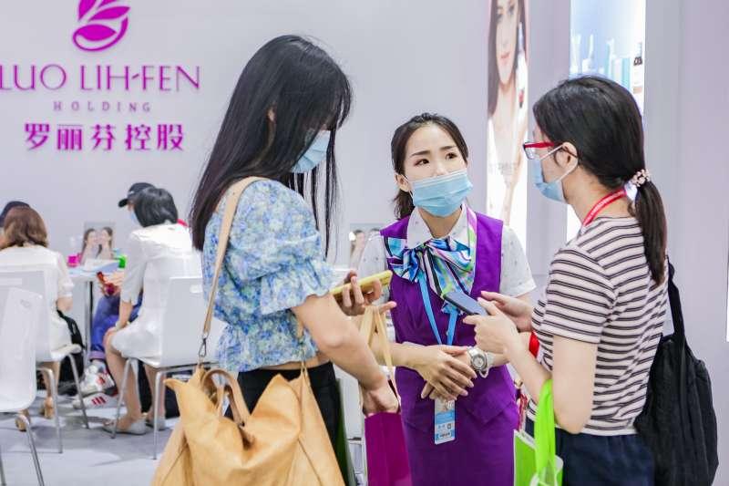 羅麗芬-KY參加2020年中國(廣州)國際美博會,展場匯集專業美容.醫美.養生.大健康等主題展,吸引數十萬專業人士參與。(羅麗芬提供)