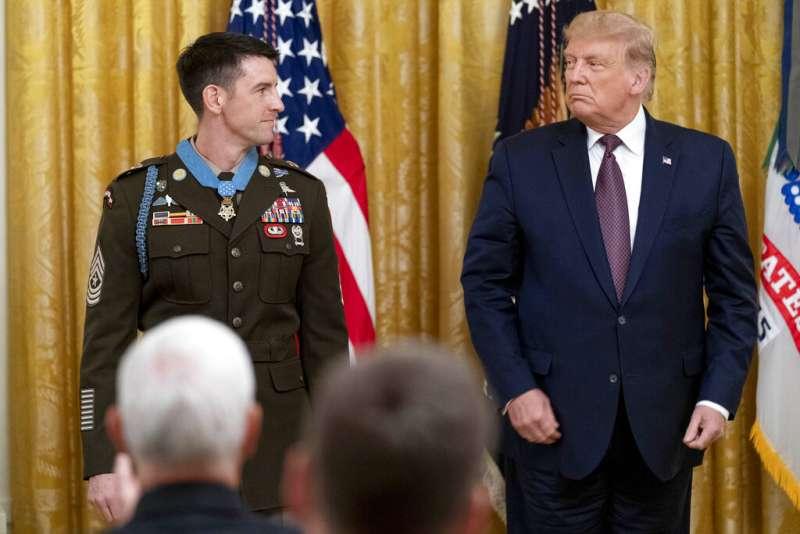 9月11日,36歲美軍特等士官長的佩恩(Thomas P. Payne)獲美國總統川普(Donald Trump)頒授美國最高軍事榮銜「榮譽勳章」(Medal of Honor)。(AP)