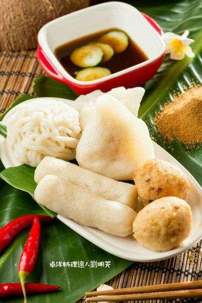 各樣口味和不同形狀的Pempek,以及從椰糖、羅望子等調製的「巨港甜不辣醬,或酸甜辣醬」。(圖/作者提供)