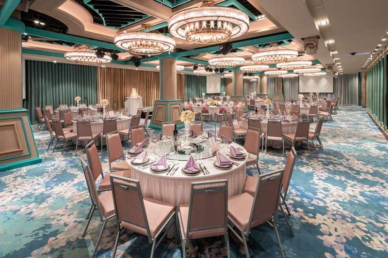 台北六福萬怡酒店「宴會廳」今年提供「尾牙春酒 歡樂慶」方案,每桌只要18,800元起+10% 。(六福旅遊集團提供)