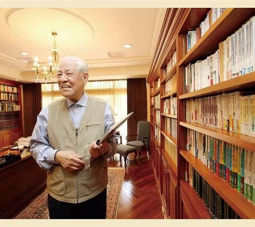 20200915- 已故前總統李登輝博覽群書,鴻禧山莊家中有一整面書牆。(取自總統府,蔡育豪攝)