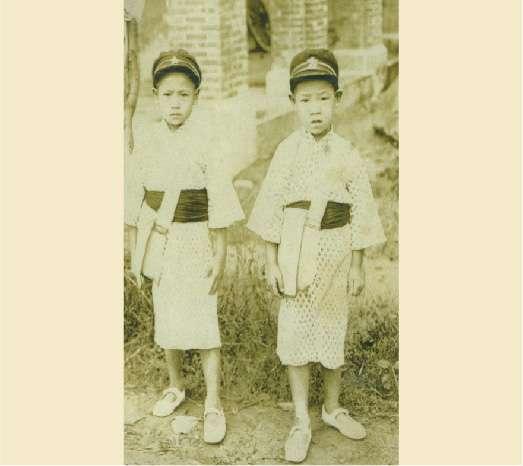 20200915-1930年,已故前總統李登輝幼時與兄長李登欽合影。(取自總統府)