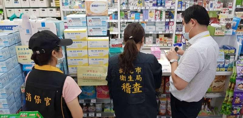 新北市衛生局稽查員查核各區藥局有無販售勤達口罩,並訪視豪品及加利口罩回收或換貨情形。(圖/新北市衛生局提供)