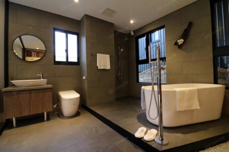 豪宅等級的建案多會選用國外進口的衛浴品牌,就得注意日後修繕問題。(圖/591房屋交易網)