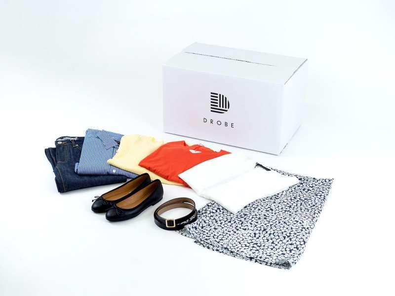 DROBE送貨上門的服飾樣品,由專業造型設計師挑選搭配。(圖/作者提供)