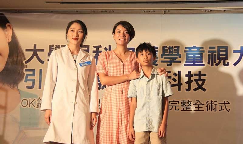 台中大學眼科醫師蘇皓琳與案例合影。(圖/大學眼科提供)