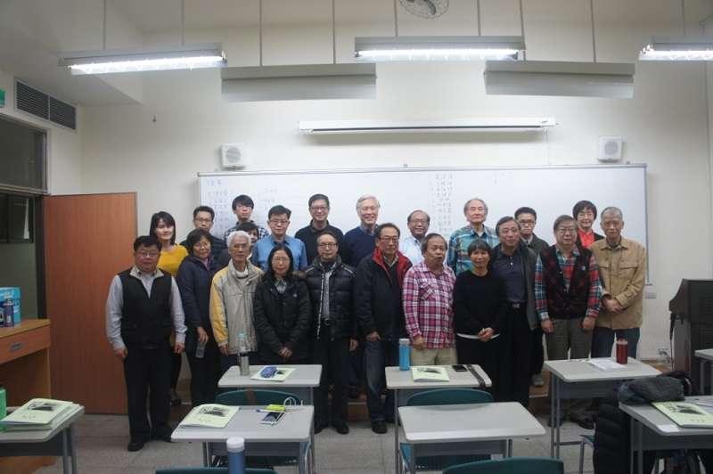 2017年 釣魚台教育協會成立大會,曾醫師位於中間排左四著水藍上衣者。(釣魚台教育協會提供)