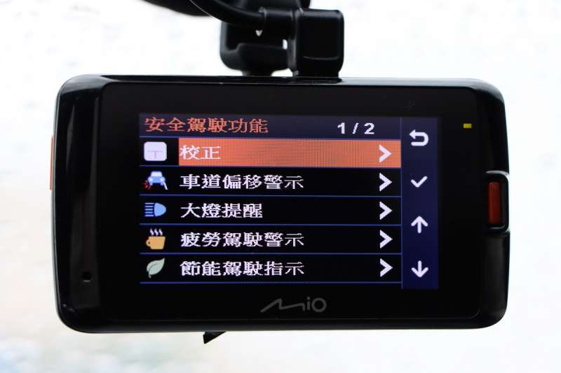 少數高階行車記錄器備有ADAS功能,不管是車道偏移或者是距離前車太近都會發出警示,有助於提昇行車安全。(圖/車訊網)