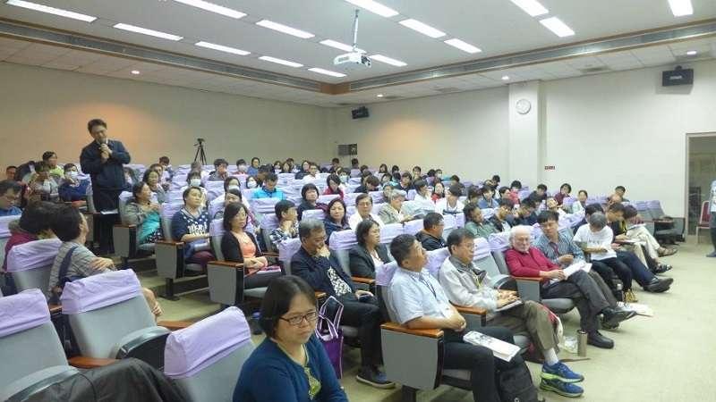 陳美霞教授榮退學術研討會「憂患與前瞻—資本主義下台灣公衛與醫療體系的根本問題及其改造」,曾醫師(中間前排左3)、霍華‧維茨金(中間前排左4)正在專心聆聽發言。台灣公共衛生促進協會提供
