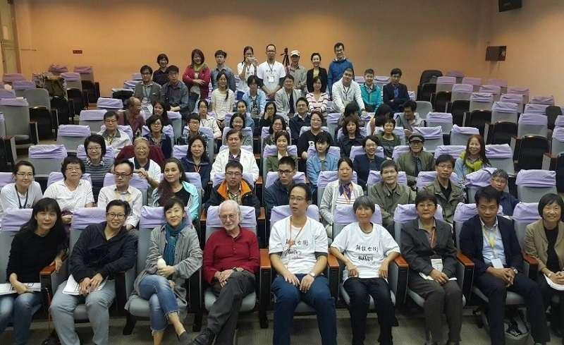 陳美霞教授學術榮退研討會大合照,曾醫師坐第四排左一。台灣公共衛生促進協會提供