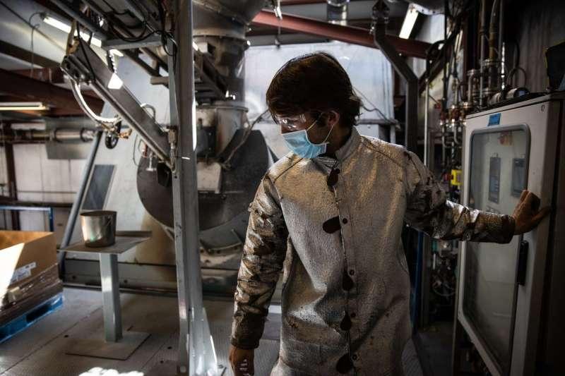 Redwood Materials的化學工程師桑德斯在監控用來熔化回收電池的爐子。(MAX WHITTAKER FOR THE WALL STREET JOURNAL)