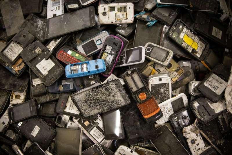 對於Redwood Materials公司來說,手機電池比來自汽車的大型電池組體積小,更易處理。(MAX WHITTAKER FOR THE WALL STREET JOURNAL)