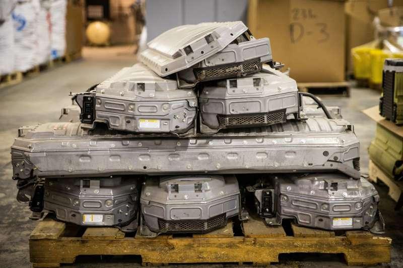 內華達州卡森市Redwood Materials的倉庫內,等待回收利用的豐田普銳斯電池。(MAX WHITTAKER FOR THE WALL STREET JOURNAL)