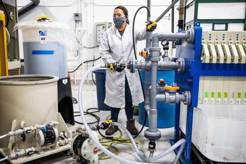 化學工程師布里奇斯在卡森市的 Redwood Materials 工廠過濾金屬鹽。(MAX WHITTAKER FOR THE WALL STREET JOURNAL)
