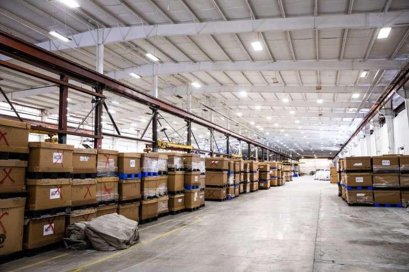 內華達州卡森市的Redwood Materials公司倉庫內,成箱的電子產品等待回收利用。(MAX WHITTAKER FOR THE WALL STREET JOURNAL)