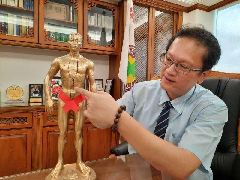 圖說:急性胃食道逆流發作時,也可用按壓穴位緩解,但柯富揚中醫師強調,根本之道還是需整體性治療。