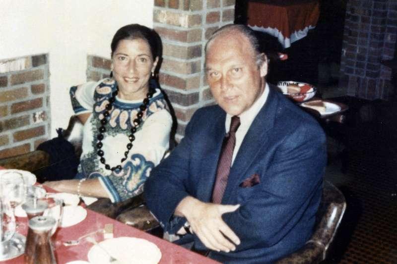 美國聯邦最高法院自由派大法官金斯堡18日癌逝。圖為年輕時的金斯堡與非常支持她的丈夫馬丁。(AP)