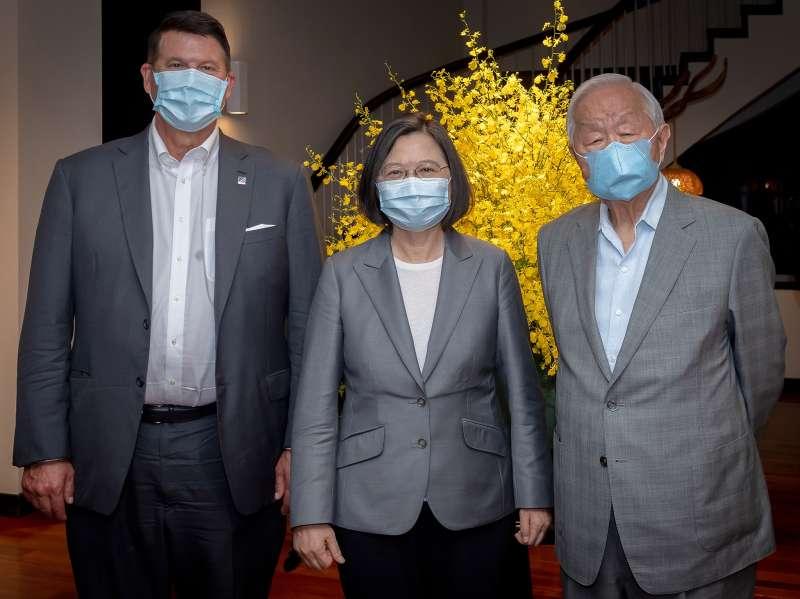 20200919-總統蔡英文(中)18日於官邸宴請美國國務院次卿柯拉克(左),台積電創辦人張忠謀(右)也受邀出席。(取自蔡英文臉書)