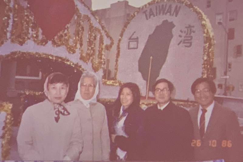 陳翠玉晚年身影,於1986年10月26日國際移民遊行。左起林詠梅(二二八受難者林茂生之女)、陳翠玉、黃靜枝、方菊雄、蕭信雄(毛清芬提供)