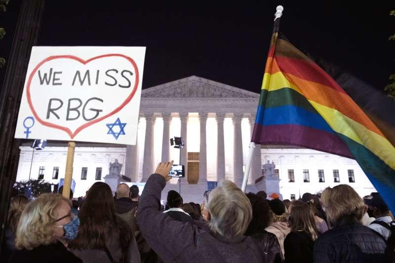 美國聯邦最高法院自由派大法官金斯堡過世,群眾齊聚最高法院前悼念。