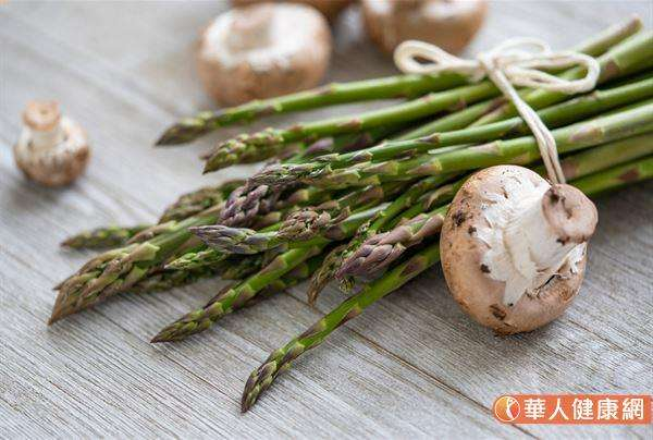 事實上,食用天然的蔬果食物,例如:蘑菇、蘆筍等不太容易導致私密處異味的問題發生,反而是不良的飲食或生活習慣,對女性私密處的環境健康影響較大。 (圖/華人健康網提供)