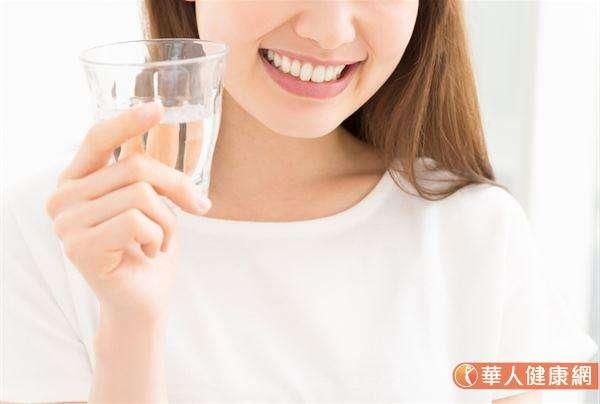 多喝水不只能幫助人體新陳代謝機制正常運作,也有助人體產生足夠的尿液,使婦女朋友透過適當的排尿,在清除身體代謝廢物的同時也沖掉沾附於私密處上的細菌、壞菌。(圖/華人健康網提供)
