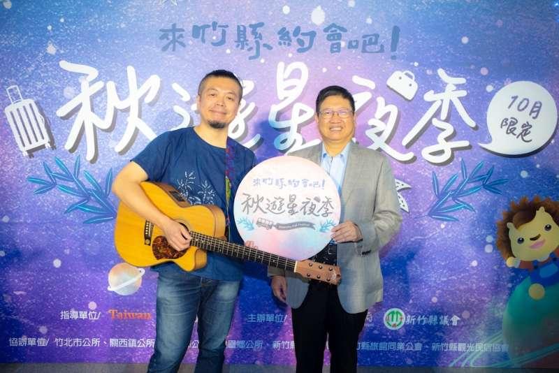 入圍金曲獎最佳客家歌手劉榮昌(左)帶來新歌「沿路」為活動揭開序幕。(圖/新竹縣政府提供)