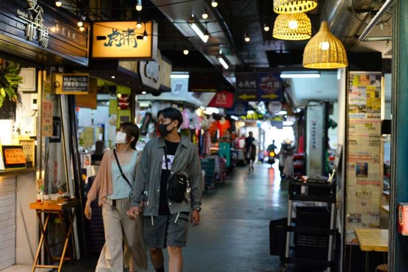 一度沒落的東門市場,現在到了傍晚時分便化身在地青年的聚餐熱點。(楊雋珩攝)