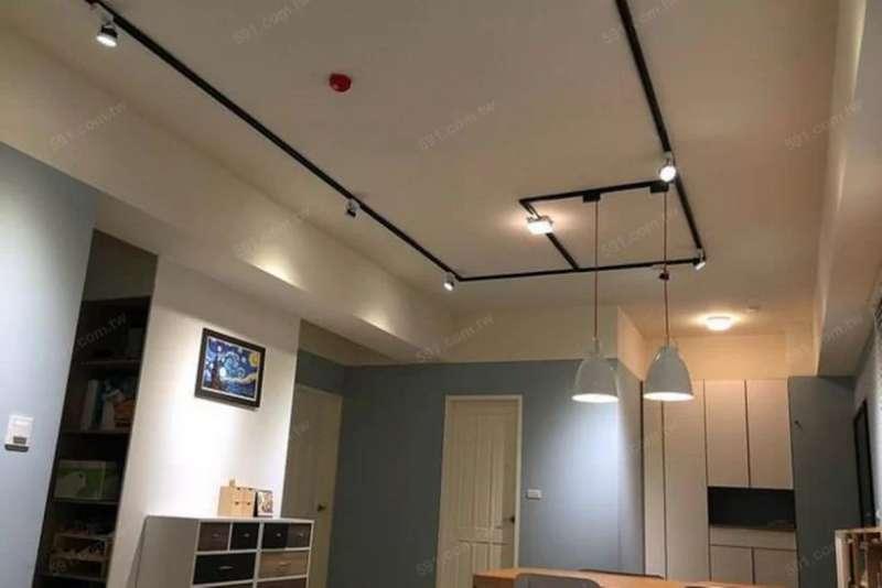 透過重新粉刷改變管線顏色,再搭配軌道燈的設計,就形成簡單的工業風。(圖/591房屋交易網提供)