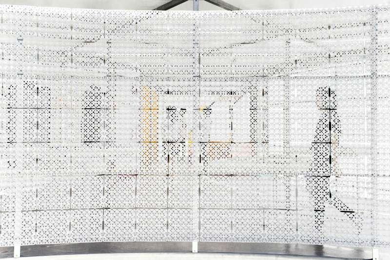 利用早餐店常見的「蛋架」作為展場主體建材,建構出別具特色的通透空間,在展覽結束後,這些蛋架可回收再利用,減少資源浪費。(圖/台北文創提供)