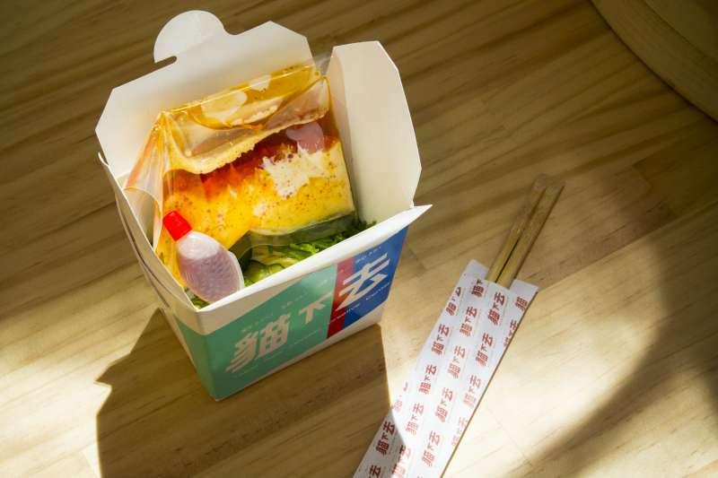 創意料理人陳陸寬因應《早餐實驗計劃》創作台北新經典涼麵,提供給現場參觀民眾免費品嘗體驗。(圖/台北文創提供)