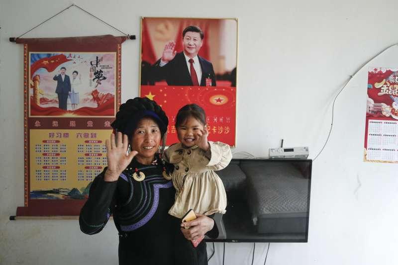 在四川涼山彝族自治州民居的牆上,掛著中共領導人習近平的肖像(AP)